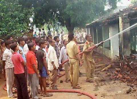 Igreja e casas queimadas em Orissa - India