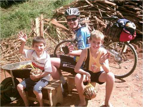 Crianças na cidade de Gonçalves...