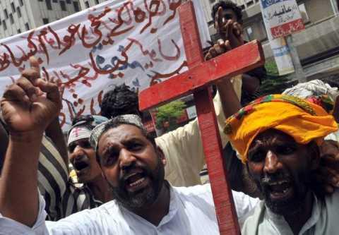 Paquistaneses protestam em Karachi contra o assassinato de sete cristãos por muçulmanos no último sábado. As escolas cristãs ficarão fechadas e de luto por três dias em respeito aos mortos.